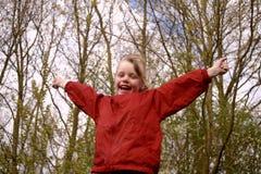 Jong meisje met uitgespreide wapens Stock Fotografie