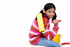 Jong meisje met verfrol Royalty-vrije Stock Afbeeldingen