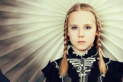 Jong meisje met vlechten, manier Stock Afbeelding