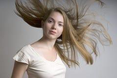 Jong meisje met vliegend eerlijk haar stock fotografie
