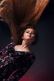 Jong meisje met vliegende haren Stock Foto's