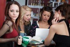 Jong meisje met vrienden in een koffie royalty-vrije stock foto's