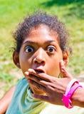 Jong meisje met wijd open ogen en verbaasde expession royalty-vrije stock foto's