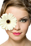 Jong meisje met witte gerber voor haar hoofd Royalty-vrije Stock Afbeeldingen