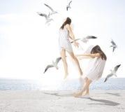 Jong meisje met zeemeeuwen, scheiding van de ziel royalty-vrije stock afbeeldingen