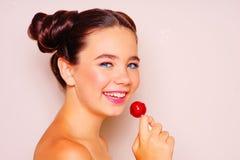 Jong meisje met zonnebril en lolly royalty-vrije stock fotografie