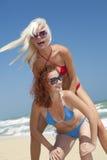 Jong meisje om op haar vriend te springen Royalty-vrije Stock Foto's