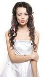 Jong meisje omvat met bedblad dat een kus geeft Royalty-vrije Stock Afbeelding