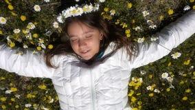 Jong Meisje op Daisy Flowers stock footage