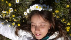 Jong Meisje op Daisy Flowers stock videobeelden