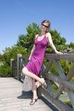 Jong meisje op de brug Stock Fotografie