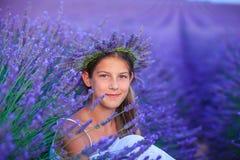 Jong meisje op de lavandergebieden stock fotografie