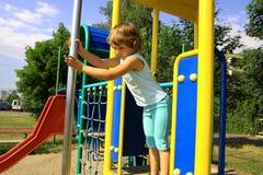 Jong meisje op de speelplaats Stock Afbeelding