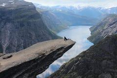 Jong meisje op de tong van de Sleeplijn (norw Trolltunga) Royalty-vrije Stock Fotografie