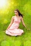 Jong meisje op de weide Stock Fotografie