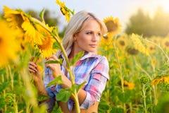 Jong meisje op een gebied van zonnebloemen Royalty-vrije Stock Afbeeldingen