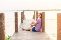 jong meisje op een houten brug stock foto