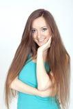 Jong meisje op een witte achtergrond met lang haar Royalty-vrije Stock Foto's
