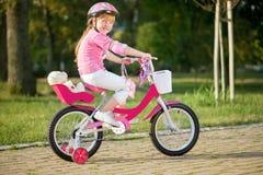 Jong meisje op fiets, actief kindconcept Stock Foto's