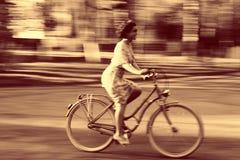 Jong meisje op fiets in beweging Royalty-vrije Stock Afbeeldingen