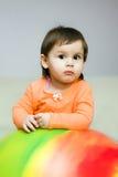 Jong meisje op fitball royalty-vrije stock foto's