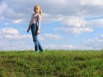 Jong meisje op gras Royalty-vrije Stock Afbeelding