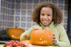 Jong meisje op Halloween met hefboomo lantaarn royalty-vrije stock afbeelding
