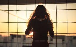 Jong meisje op het dak Stock Foto