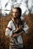 Jong meisje op het de zomergebied in nationale Witrussische kleren, fas Stock Foto's