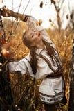 Jong meisje op het de zomergebied in nationale Witrussische kleren, fas Stock Fotografie