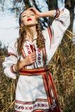 Jong meisje op het de zomergebied in nationale Witrussische kleren, fas Stock Afbeeldingen