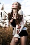 Jong meisje op het de zomergebied in nationale Witrussische kleren, fas Royalty-vrije Stock Foto's