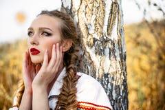 Jong meisje op het de zomergebied in nationale Witrussische kleren, fas Royalty-vrije Stock Foto