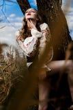 Jong meisje op het de zomergebied in nationale Witrussische kleren, fas Stock Foto
