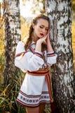 Jong meisje op het de zomergebied in nationale Witrussische kleren, fas Royalty-vrije Stock Fotografie