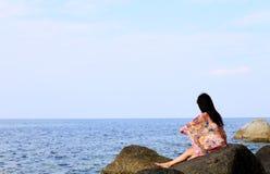 Jong meisje op het overzeese strand Stock Afbeeldingen