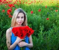 Jong meisje op het papavergebied Stock Foto's