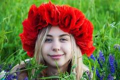 Jong meisje op het papavergebied Stock Fotografie