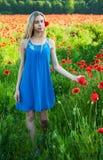 Jong meisje op het papavergebied Royalty-vrije Stock Afbeeldingen