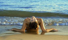 Jong meisje op het strand Stock Foto's