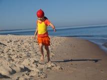 Jong meisje op het strand Stock Afbeeldingen