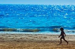 Jong meisje op het strand royalty-vrije stock afbeeldingen