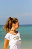 Jong meisje op het strand die de afstand onderzoeken Stock Afbeeldingen
