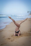 Jong meisje op het strand die ochtend doen excercises Stock Fotografie