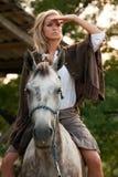 Jong meisje op paard Stock Afbeelding