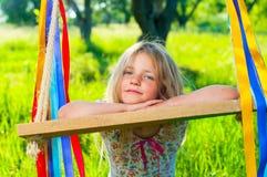 Jong meisje op schommeling Stock Fotografie