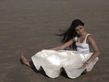 Jong meisje op strand met reuzeshell royalty-vrije stock foto's