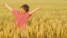 Jong meisje op tarwegebied stock fotografie