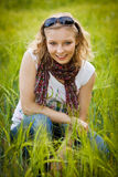 Jong meisje op tarwegebied Stock Foto's