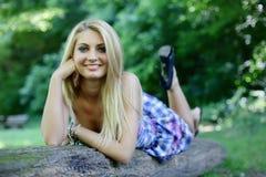 Jong meisje openlucht Royalty-vrije Stock Afbeeldingen